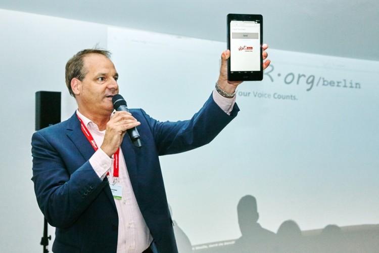 Moderator Tim Schlüter Mit Großem Handy